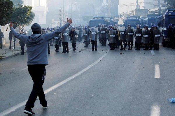 استفاده پلیس الجزایر از گاز اشک آور علیه تظاهرات کنندگان