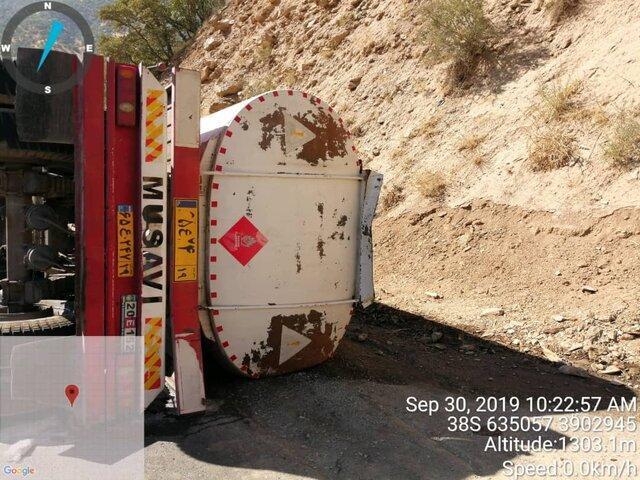 واژگونی تانکر حامل بنزین سوپر در محور سنندج به سروآباد