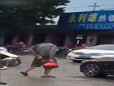 عبور مرد بی سر از خیابان!