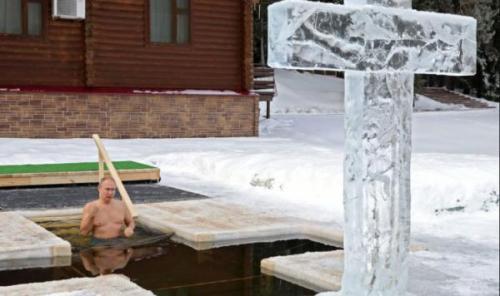 (ویدئو) غسل تعمید پوتین در آب یخ