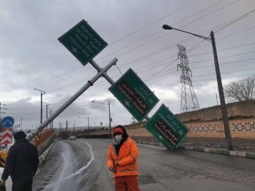 (ویدئو) سقوط اسکلت فلزی ساختمان در مشهد بر اثر توفان