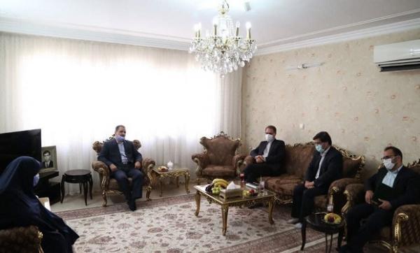 رئیس سازمان ثبت اسناد و املاک کشور با خانواده معظم شهید بیات دیدار کرد
